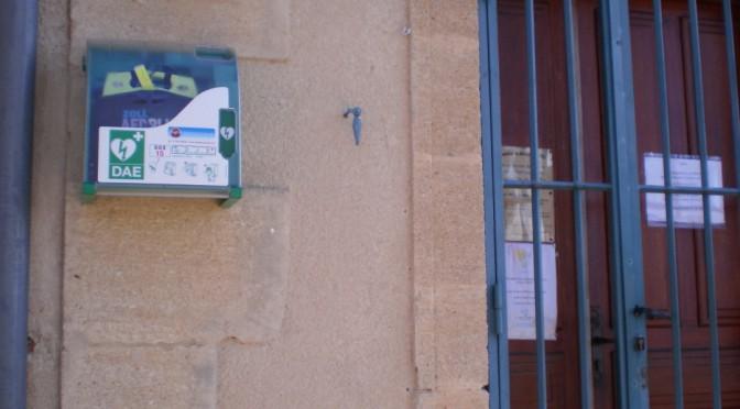 Installation d'un défibrillateur dans la cour de la mairie