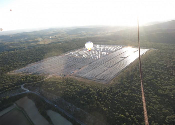 Parc solaire vu d'une montgolfière