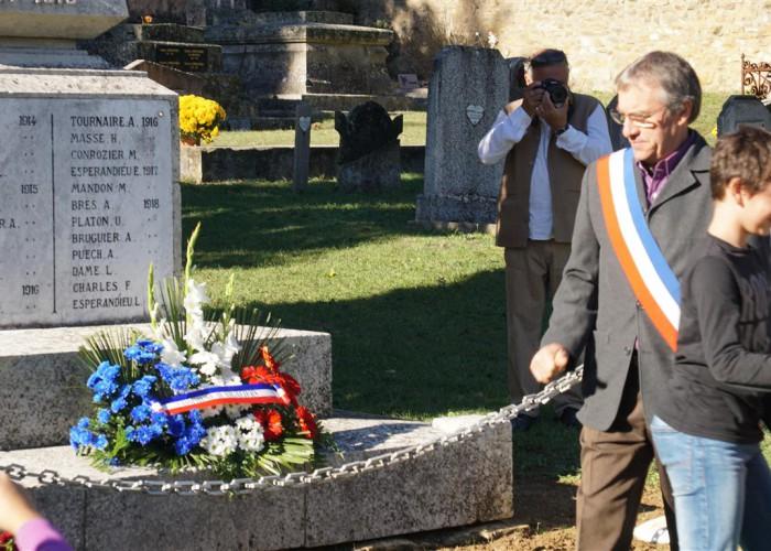 Daniel Boyer devant le monument aux morts