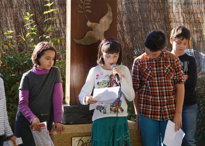 lectures des jeunes devant la stèle