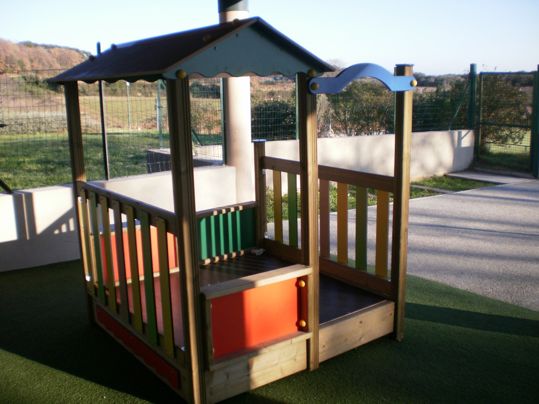 Cabane en bois à l'école maternelle